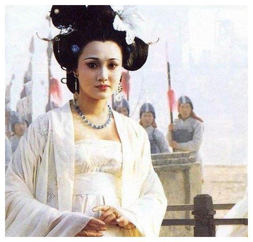 她曾是最美杨贵妃,为儿子退出影视界,如今儿子成为她的骄傲