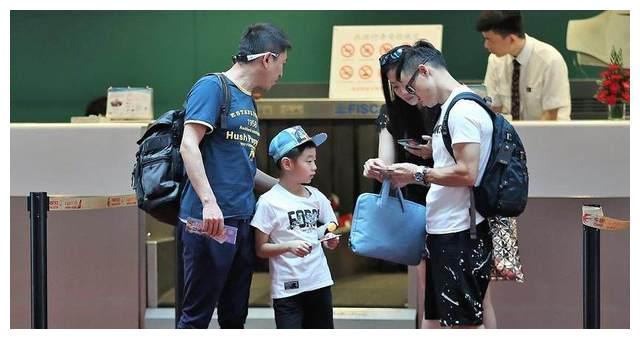 杨威一家三口现身机场其乐融融 杨阳洋好可爱 网友小萝莉去哪了