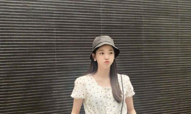 欧阳娜娜又美了!波点衣配工装裤卖萌,这才是19岁女孩的模样