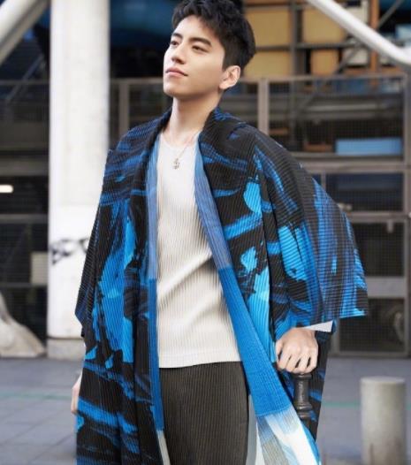29岁王大陆男装周看秀,蓝白色和风外套,飘逸帅气无人阻挡。