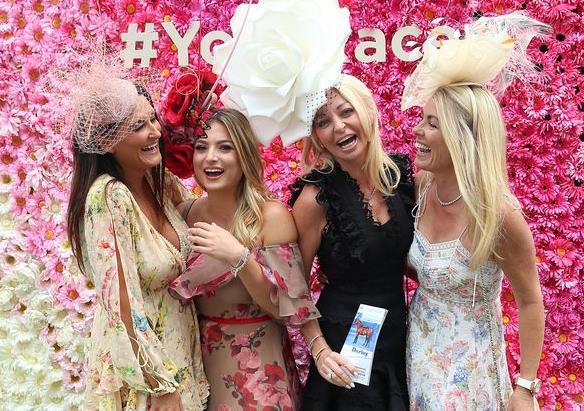 香槟太便宜,完全不顾淑女形象,英国赛马场的女神们喝吐了一地