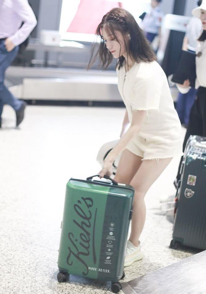 陈意涵造白裙清纯秀美腿 皮肤白皙水嫩