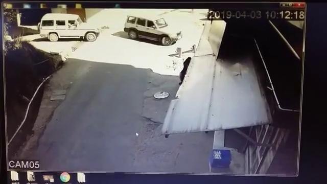 司机疑似酒驾,将行人压在车轮下还浑然不知