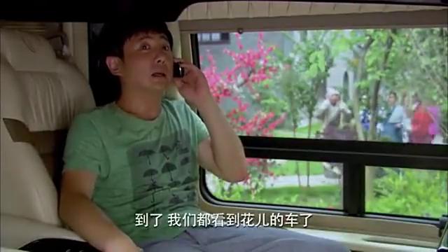 记者要到房车上采访儿媳,谁知婆婆带着村里人坐在里面,这下尴尬