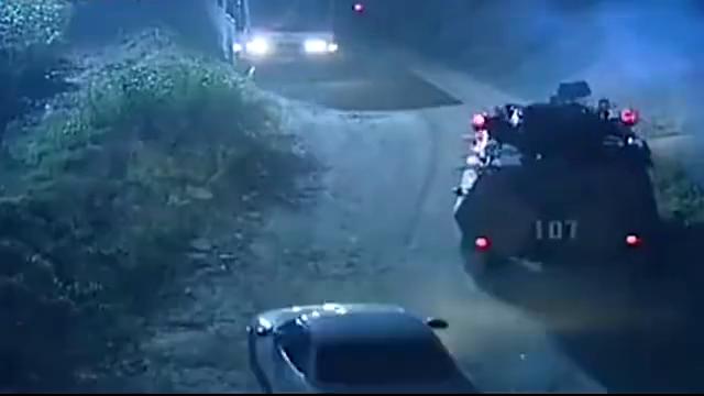 私家车挡道,士兵直接抬走,司机耍无赖要赔偿,士兵:看看谁赔谁