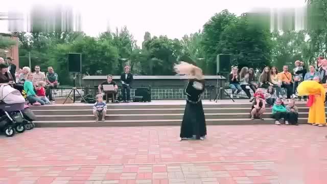 第一次在乌克兰看到这样的街头表演5岁小男孩都看得目不转睛
