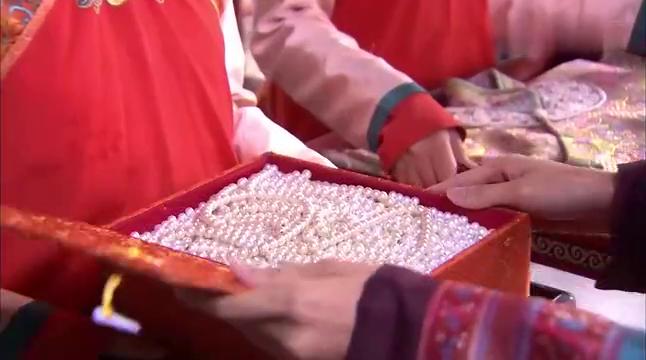太子妃让涵香赶制礼服,却在祭祀大典上扯断珠链,涵香要背锅了