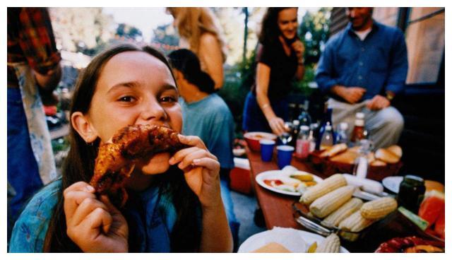 英国美女来中国,街边吃了卤猪蹄后眼睛亮了:和英国的完全不一样