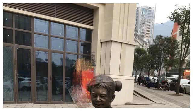 何炅街头穿裙子 马云伫立江边 撒贝宁穿越了 雕塑家的灵感不一般