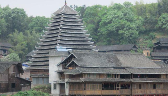 漫步风光优美的侗寨,参观历史悠久的程阳风雨桥,体验侗族风情