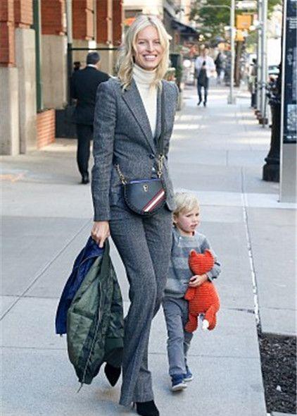 卡罗莱娜·科库娃带娃现身街头,穿灰色西装搭配高领衫知性优雅