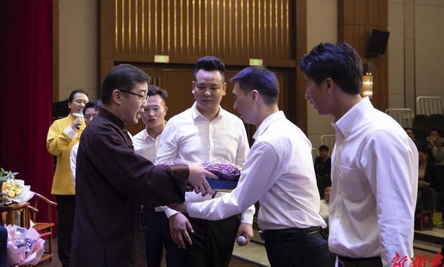 大兵在长沙再收7位徒弟 熊壮拜师著名相声表演艺术家李金斗