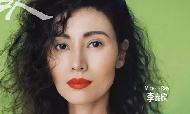 李嘉欣抹红唇眼神魅惑登杂志封面,她还是那个时代港味浓厚的美人