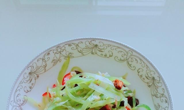 凉拌莴笋要不要焯水?大厨告诉你正确做法,色泽翠绿,清脆又爽口