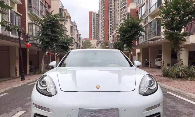 2016年的帕拉梅拉售价34万,轿跑造型就是帅,经常会误认是法拉利