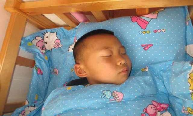 天再冷也别让娃这样睡,易生病还会损害健康,可惜很多家长经常做