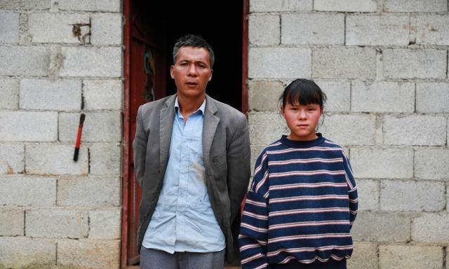 一车祸15人亡4岁女孩痛失母亲,今父亲眼疾几失明:最怕孩子失学