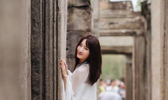 48岁杨钰莹最新机场秀,又穿薄纱长裙,换个颜色更显年轻了