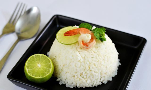 家里蒸的米饭为什么没有快餐店的好吃?偷偷告诉你要加点料