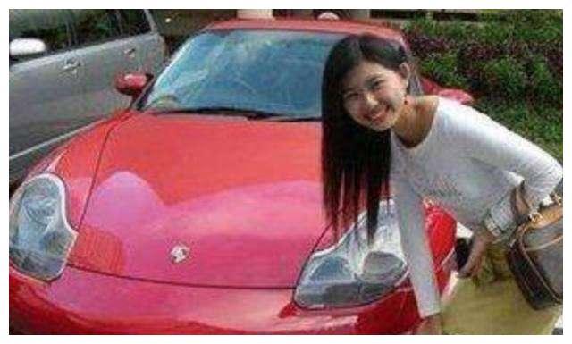 她25岁就身价450亿,年轻漂亮还多金,但其座驾却很低调耐人深思