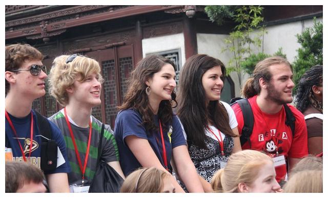 英国学生第一次接触到中式教育,当他看到眼前一幕,这反应亮了