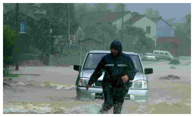 台风暴雨天如何正确开车?记住这五点,小白也敢上路了