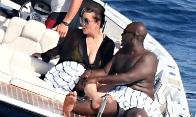 卡戴珊63岁妈妈,与黑人小男友游艇上拥吻,激情不减当年啊!