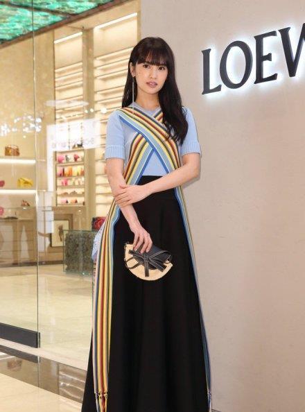 杨丞琳穿长裙,披上彩虹围巾,与林宥嘉同台,不变容颜令人服气!
