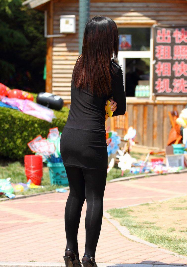 街拍:美女黑色紧身裙搭黑丝袜,彰显出年轻人的风采,潮流又漂亮