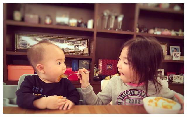 国民萌神奥莉长大了,喂弟弟吃饭的样子很有爱,李小鹏好福气!