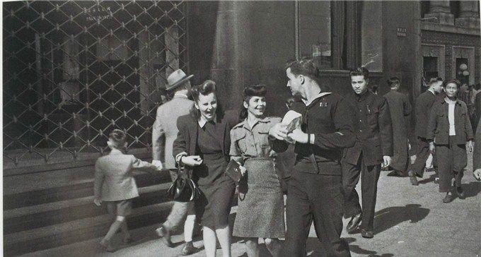 1946年的上海街头,外国女郎和美国大兵打情骂俏