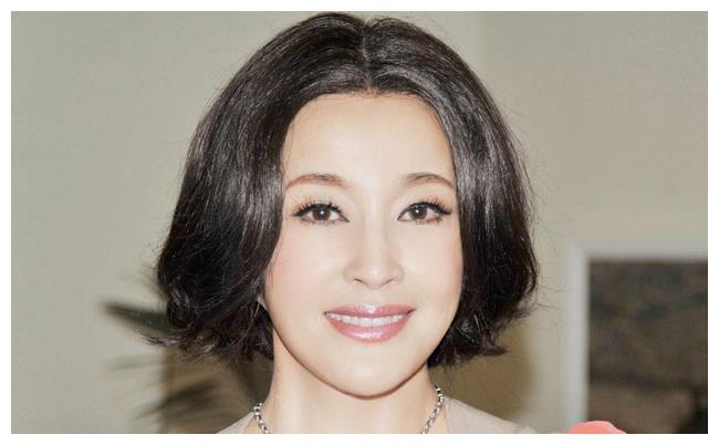 不老女神刘晓庆,豪宅曝光,看到桌子上的食物好像明白了什么