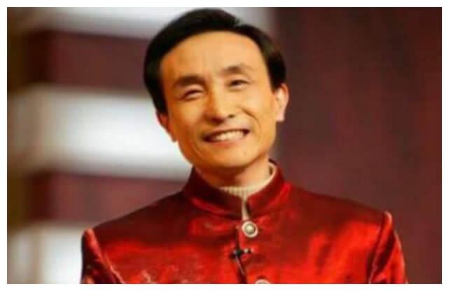 62岁巩汉林一家近照,儿子颜值一言难尽,28岁儿媳长相甜美