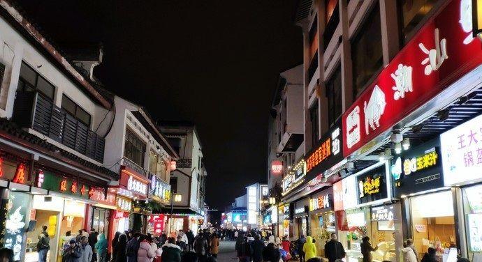 观前街地处苏州古城中心,区域内商业繁荣,名店云集
