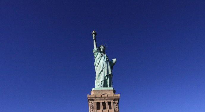 美国民主自由的象征,右手高举火炬,左手捧着《独立宣言》