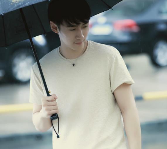 刘源时尚帅气街拍,绅士魅力十足,如邻家大男孩