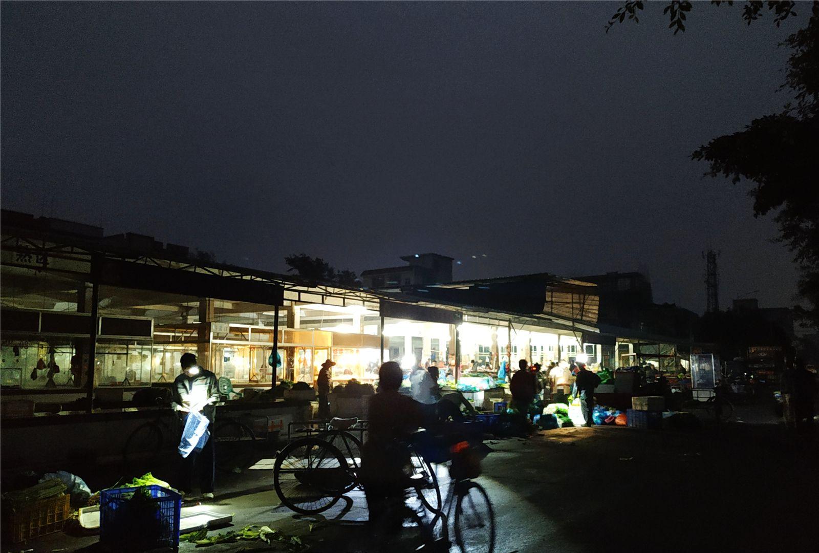 这里,清晨五点开市,六点收市,村民买靓海鲜要趁早