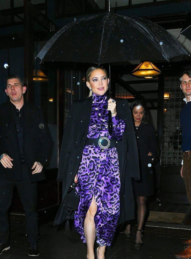 高贵优雅!凯特穿紫色豹纹长裙野性十足,脚踩高跟鞋身姿妖娆
