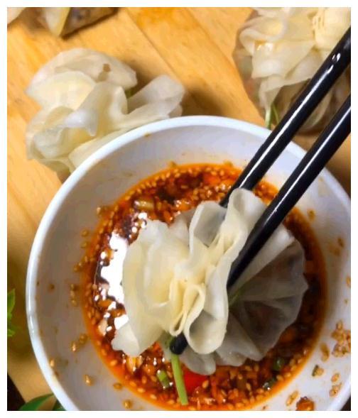 包饺子剩下的饺子皮别再扔了,换个方法就能做出香喷喷的薄皮包子