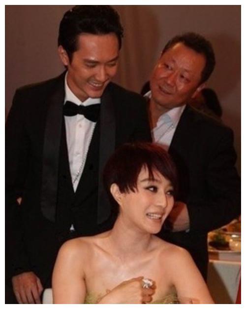 美女明星低胸装出席活动,身边男星的眼神亮了,最后一个看直了!