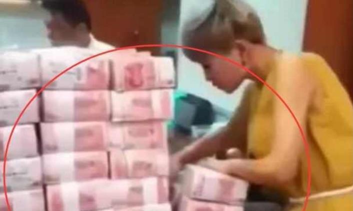 女子去银行柜台取八百元遭工作人员嘲笑,接下来,连忙道歉