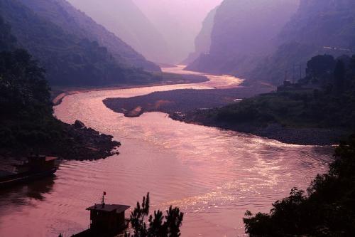 我国最诡异的河流!两岸都是毒蛇,一到下雨天就会变成血河