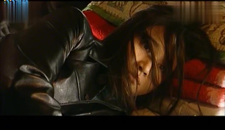 黑老大喜欢刑警女朋友,直接将他绑了,无情的折磨!