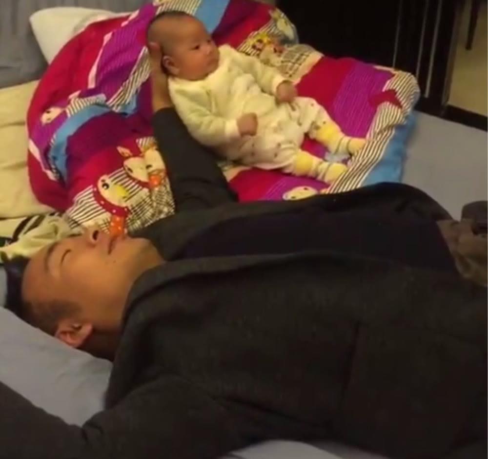 爸爸哄宝宝睡觉,结果把自己哄睡着了,妈妈看到后给了两个嘴巴子