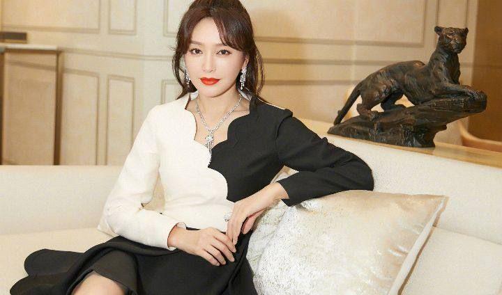 秦岚早期的一身黑白裙写真,真的太秀了!美呆了!