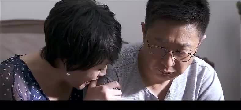 正午阳光:妻子抱着丈夫流泪,怎料丈夫离开