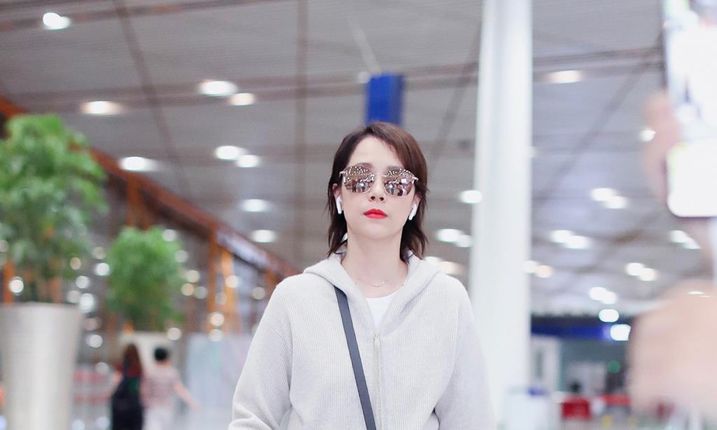 海清启程米兰时装周,穿近10万元服装现机场,简约大气气质绝佳!