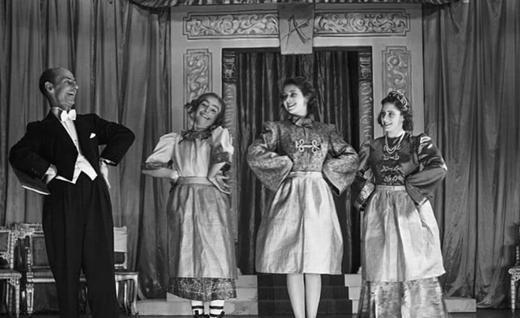 英女王78年前第一次演少女舞台剧!当时的女王非常青涩,优雅迷人