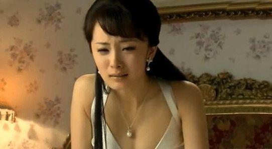 杨幂8年前的这部剧谁看过?演技好不好先不说,这戏服胆太大了!