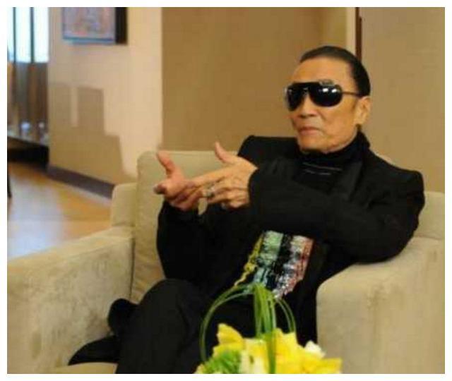 谢贤接受采访,年过七十活得像小伙,酷劲十足赶超儿子谢霆锋